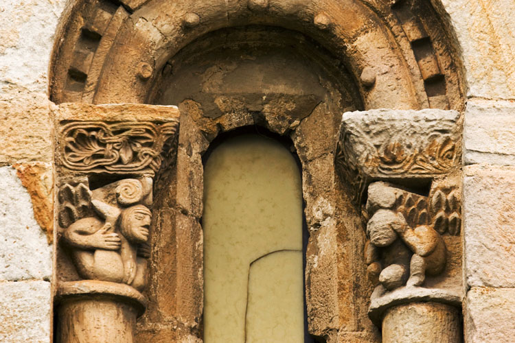 Detalle de la iglesia de San Pedro de Cervatos_César del Valle
