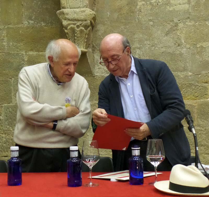 Rafael Paradelo entrega Peridis un detalle durante el II Encuentro de Clubes de Lectura de Palencia, celebrado en el monasterio de Aguilar de Campoo.