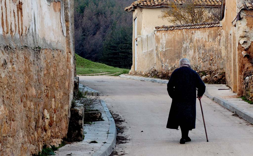 Mujer paseando por Prádanos de Ojeda (Palencia)