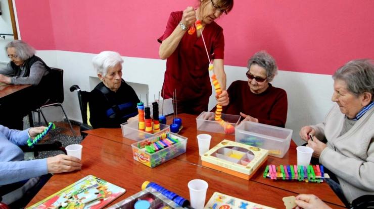 Abuelos de Tercera Actividad ejercitando sus habilidades piscomotrices