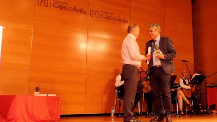 Juan Carlos Prieto recogiendo la Distinción Pablo Iglesias concedida a Peridis