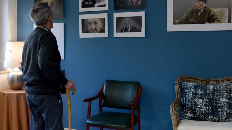 Un abuelo de Tercera Actividad observa la exposición fotográfica