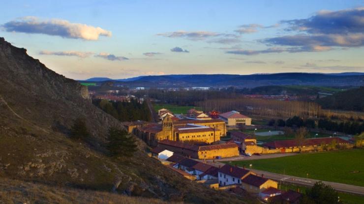 Vista del castillo de Aguilar de Campoo y la ermita de Santa Cecilia