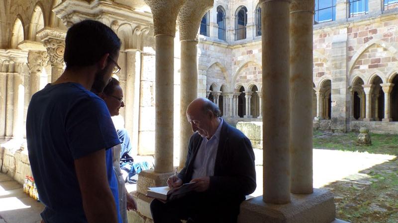 Firma de libros en el claustro del  monasterio