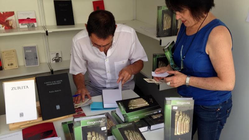 Firma guía Segovia en Feria del libro