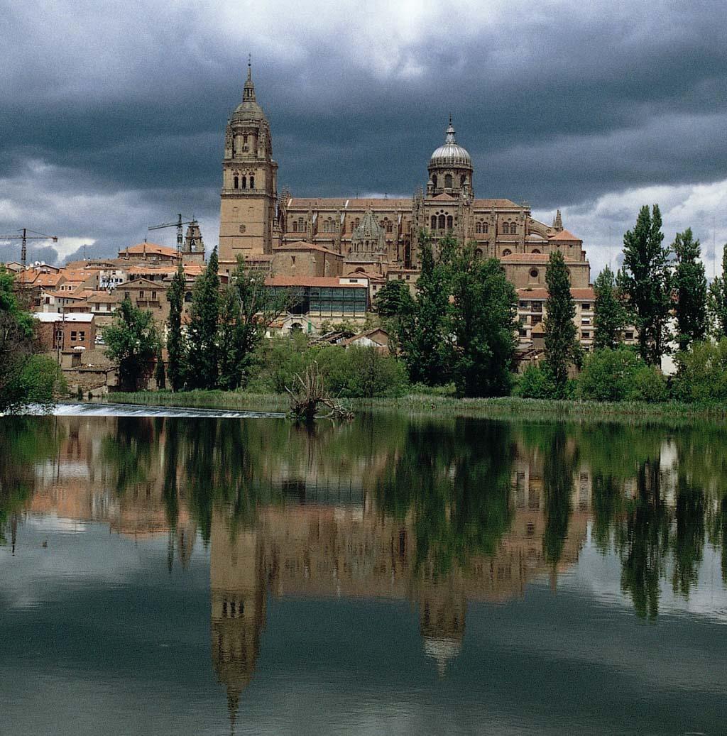Vista de la catedral Vieja de Salamanca desde el río Tormes
