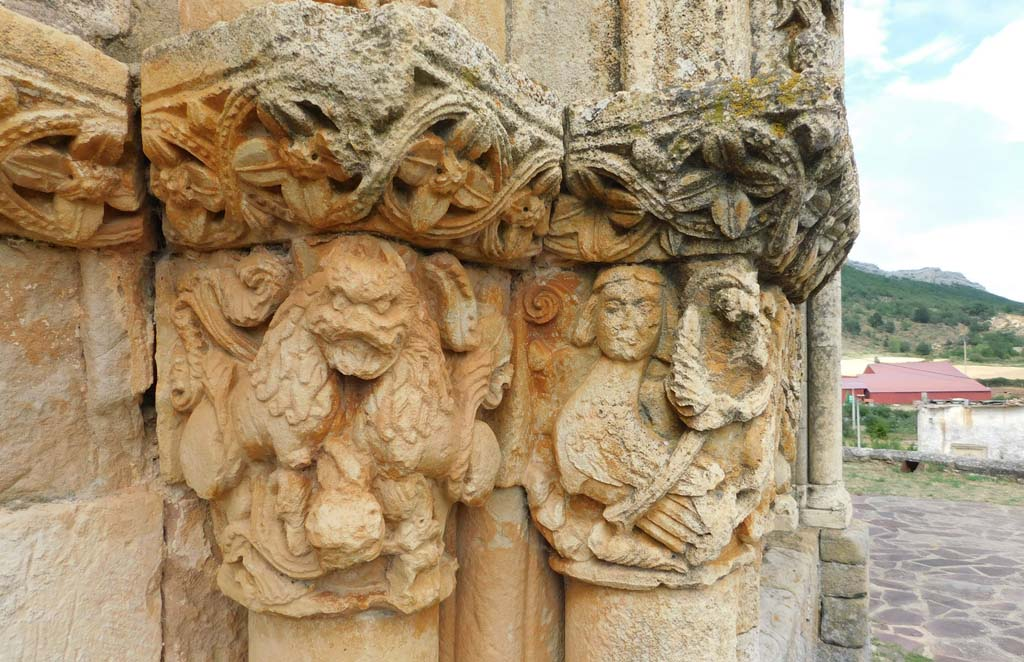 Representación de una bestia o ser infernal en el pórtico de la iglesia de Rebolledo de la Torre (Burgos)