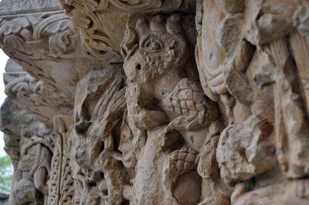 Representación del demonio en la portada de la ermita de Santa Cecilia, Vallespinoso de Aguilar (Palencia)