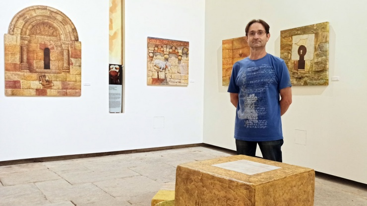 Ángel Cantero junto a sus obras en la exposición Per Viam 2021