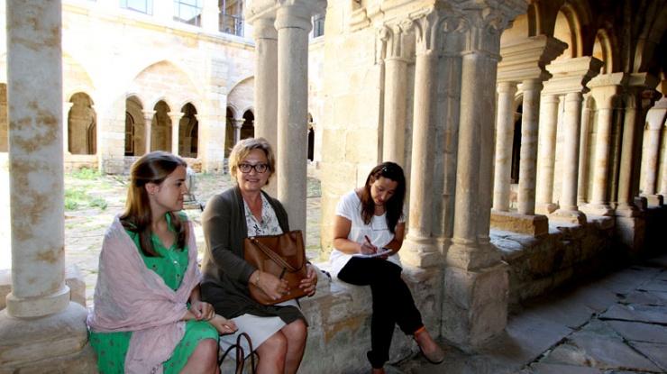 Marta Redondo junto a dos alumnas del curso de Monacato